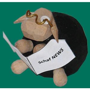 Schaf Gustav mit Buch geschnitzt