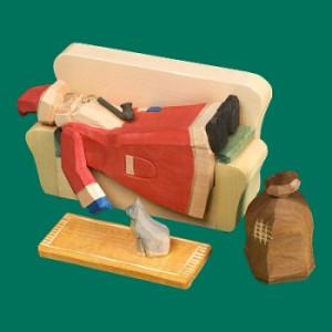 Räuchermann Weihnachtsmann auf dem Sofa klein geschnitzt