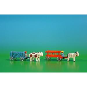 2 Miniatur Gespanne Leiterwagen in rot mit Pferde , Ladung: leer und Kastenwagen in blau mit Ochsen , Ladung: Kohlen Länge ca 9cm NEU