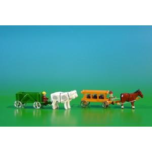 2 Miniatur Gespanne Kastenwagen in grün mit Ochsen , Ladung: leer und Leiterwagen in orange mit Pferde , Ladung: 3 Fässer Länge ca 9cm NEU