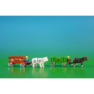 2 Miniatur Gespanne Kastenwagen in grün mit Pferde , Ladung: leer und Leiterwagen in rot mit Ochsen , Ladung: 3 Kisten Länge ca 9cm NEU