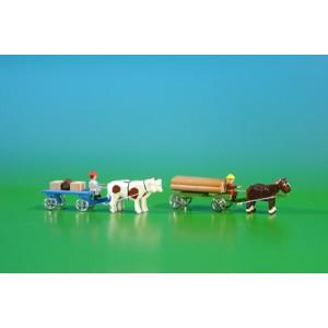2 Miniatur Gespanne Lattenwagen in blau mit Ochsen , Ladung: 2 Kisten, 1 Fass und Klötzerwagen in grün mit Pferde , Ladung: Baumstämme Länge ca 9cm NEU