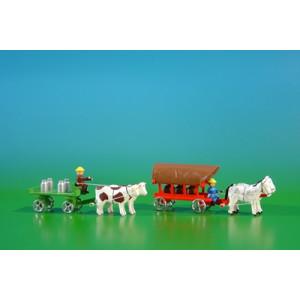 2 Miniatur Gespanne Tafelwagen in grün mit Ochsen , Ladung: 4 Milchkannen und Planwagen in rot mit Pferde , Ladung: 3 Fässer Länge ca 9cm NEU