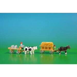 2 Miniatur Gespanne Leiterwagen in natur mit Pferde , Ladung: Stroh-Ladung und Tafelwagen in natur mit Ochsen , Ladung: 4 Milchkannen Länge ca 9cm NEU
