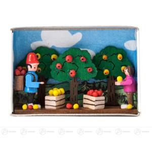 Miniatur Zündholzschachtel Apfelernte Breite x Höhe ca 5,5 cmx4 cm NEU