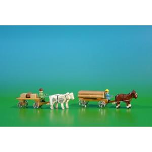 2 Miniatur Gespanne Lattenwagen in natur mit Ochsen , Ladung: 2 Kisten, 1 Fass und Klötzerwagen in natur mit Pferde , Ladung: Baumstämme Länge ca 9cm NEU