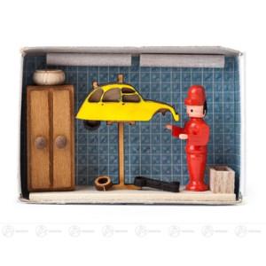 Miniatur Zündholzschachtel Autowerkstatt Breite x Höhe ca 5,5 cmx4 cm NEU