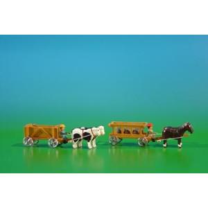 2 Miniatur Gespanne Kastenwagen in natur mit Ochsen , Ladung: leer und Leiterwagen in natur mit Pferde , Ladung: 3 Fässer Länge ca 9cm NEU
