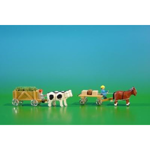 2 Miniatur Gespanne Kastenwagen in natur mit Ochsen , Ladung: Gras-Ladung und Leiterwagen in natur mit Pferde , Ladung: 2 Kisten, 1 Fass Länge ca 9cm NEU